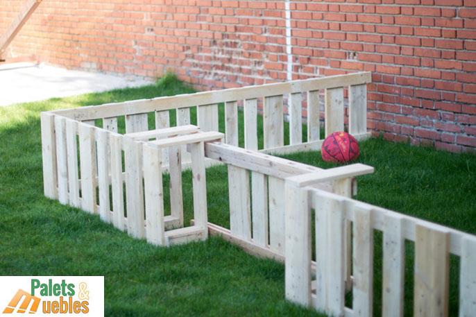 Cerramiento y vallado con tablas de palets palets y muebles for Muebles de jardin con palets reciclados
