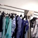 Tienda de ropa, muebles hechos con palets