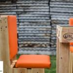 mesa y sillas con palet
