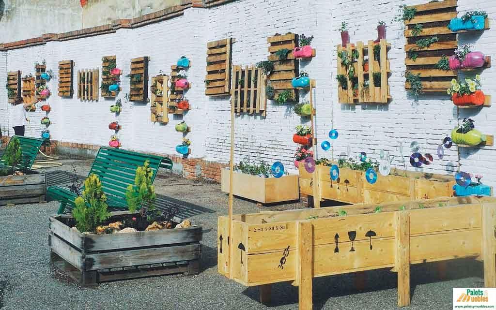 espacio sostenible en el patio del colegio