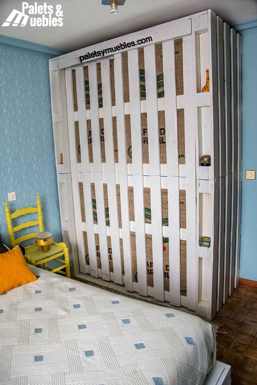 Dormitorio con palet armario hecho de palets palets y muebles - Armarios hechos con palets ...