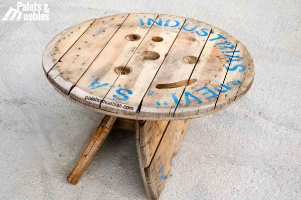 mesa con bobina de cable